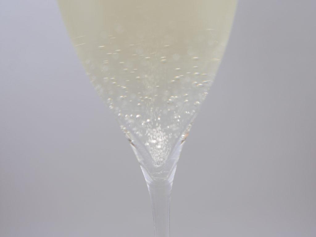 BOTTER PROSECCO Elettraを注いだグラスの底から上がる泡の拡大