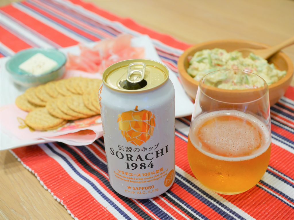 SORACHI1984を注いだグラスと缶と合わせた料理